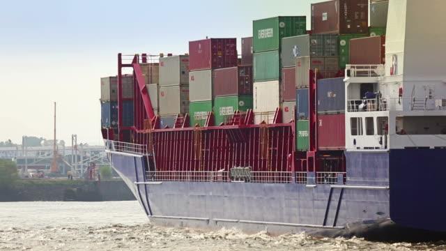 frachtschiff im hafen von hamburg und der elbe - herstellendes gewerbe stock-videos und b-roll-filmmaterial