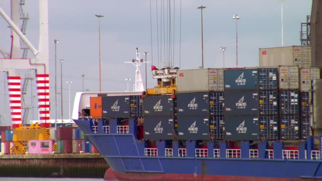 stockvideo's en b-roll-footage met ms pan container ship being unloaded at dock, hampshire, united kingdom - southampton engeland
