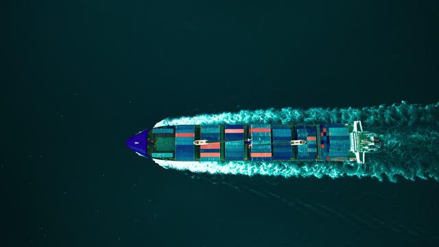 コンテナ船クロッシングイスタンブールボスポラス空中ドローン映像 - イスタンブール/4k - nautical vessel点の映像素材/bロール