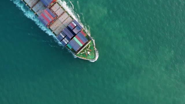 container fartyg som passerar över havet - korsa bildbanksvideor och videomaterial från bakom kulisserna