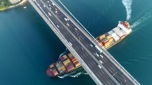 ファティ・スルタン・メフメット橋空中ドローン映像を横断するコンテナ船 - イスタンブール/4k - nautical vessel点の映像素材/bロール