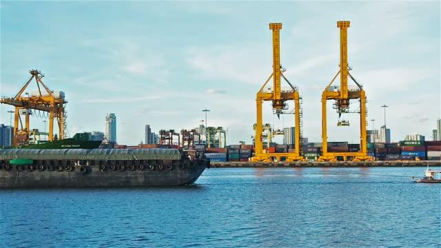 コンテナー船入港 - 船体点の映像素材/bロール