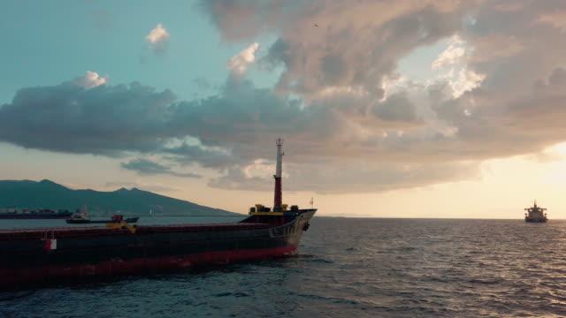 vídeos y material grabado en eventos de stock de buque contenedor en el mar egeo, esmirna - embarcación industrial