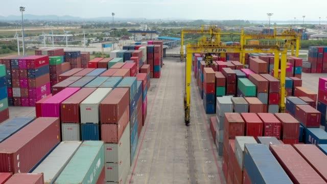 containerschiff im export- und importgeschäft und logistik. - container stock-videos und b-roll-filmmaterial