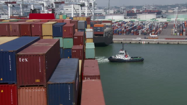 vidéos et rushes de container ship in havre port - container