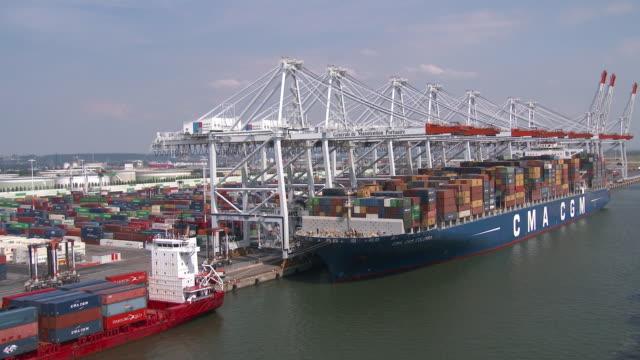 vídeos de stock, filmes e b-roll de container ship in havre port - porto comercial