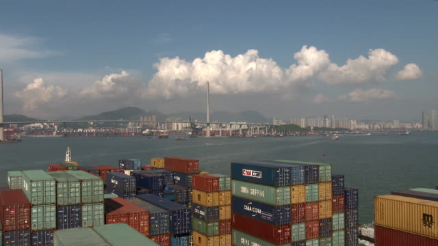 stockvideo's en b-roll-footage met container ship in hong-kong bay - hong kong