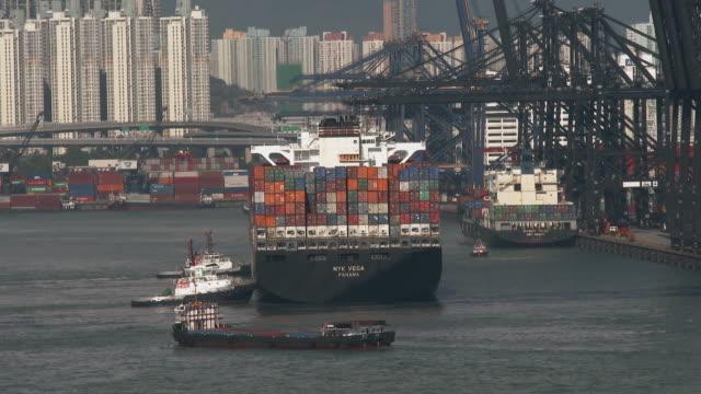 stockvideo's en b-roll-footage met container ship in hong-kong - hong kong
