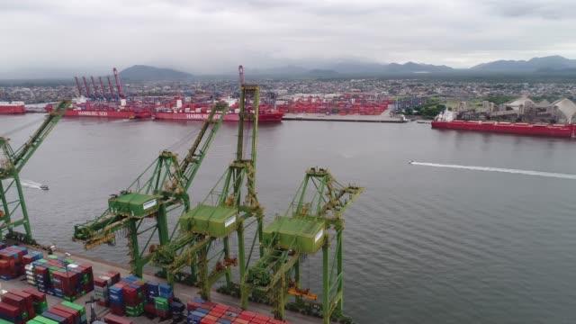 vídeos de stock, filmes e b-roll de navio porta-contentores em importação exportação e logística empresarial - porto distrito