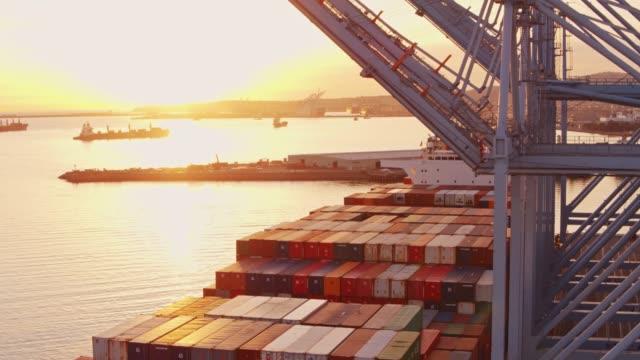 Containerschiff im Hafen von Long Beach bei Sonnenuntergang - Drohne Schuss