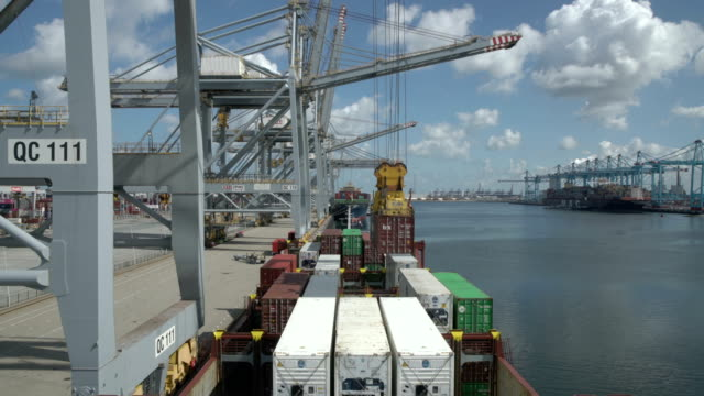 container ship in port - schiffsfracht stock-videos und b-roll-filmmaterial