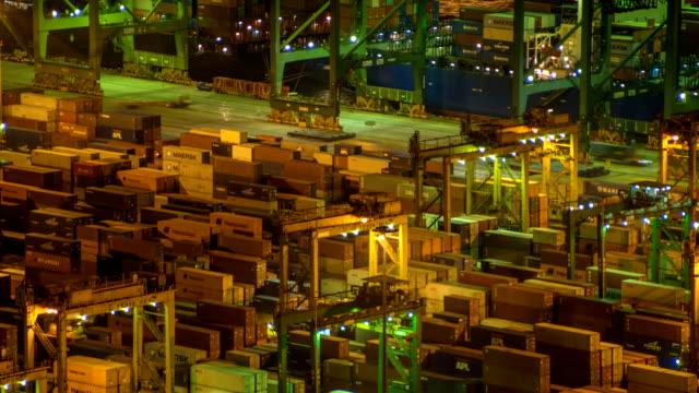 港でコンテナー船のアジア
