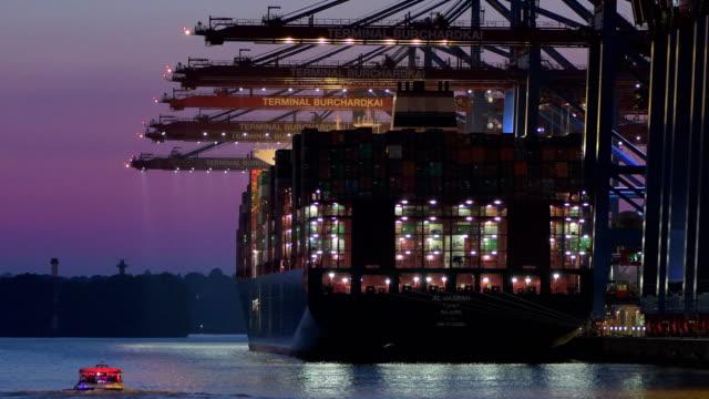 Containerschiff im Hafen von Hamburg