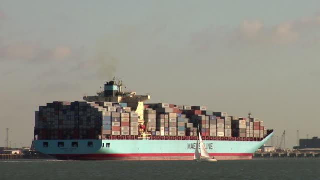 vidéos et rushes de ws container ship ( 94193 gross tonnage,332 m) leaving port of felixstowe / suffolk, united kingdom - container