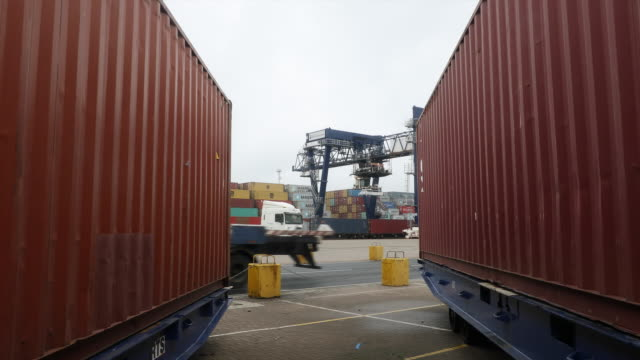 vidéos et rushes de container ship port operations in felixstowe suffolk united kingdom on thursday september 6 2018 - véhicule utilitaire et commercial