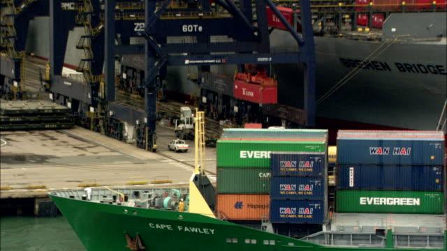vidéos et rushes de a container ship pulls away from a dock. available in hd. - transport de marchandises par navire