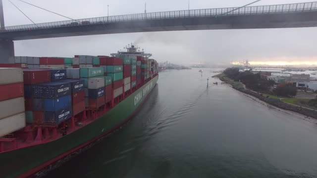 vídeos de stock e filmes b-roll de container ship travels under westgate bridge melbourne - navio cargueiro