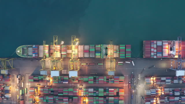 vídeos y material grabado en eventos de stock de buque contenedor que trabaja por la noche, logística de exportación de importación de negocios y transporte de international en buque sortea en mar abierto, vista aérea. - rotterdam