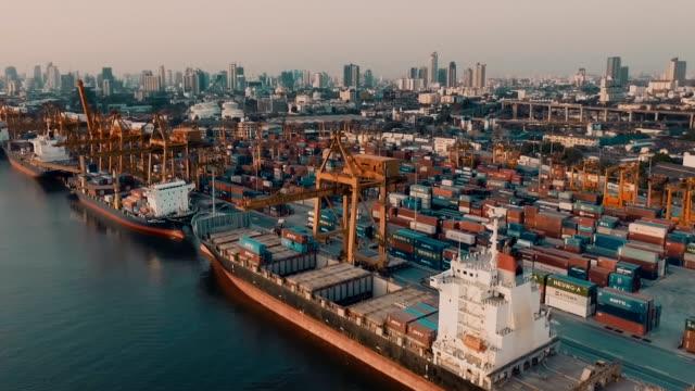 vídeos y material grabado en eventos de stock de los buques contenedores en el puerto - terminal de ferry