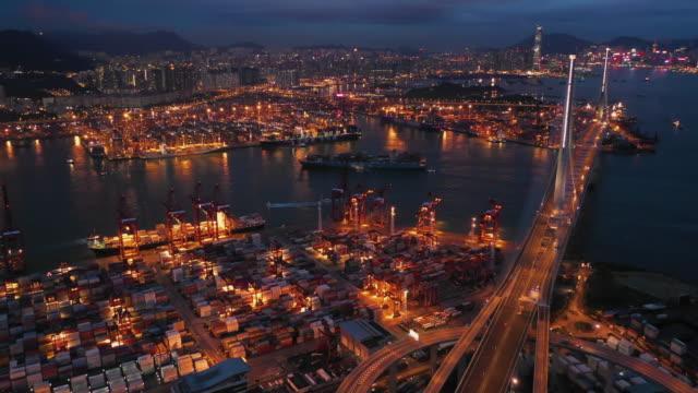 vídeos de stock, filmes e b-roll de terminal de contêineres à noite hong kong - câmara parada