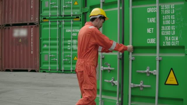 container terminal dipendenti apertura contenitore scatola. - box container video stock e b–roll