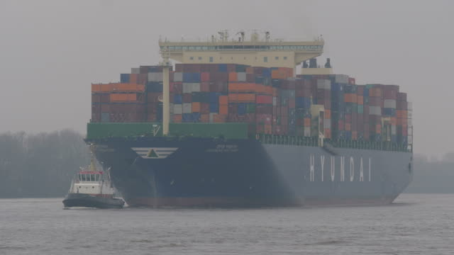 container vessel at elbe river, hamburg, germany - rimorchiare video stock e b–roll