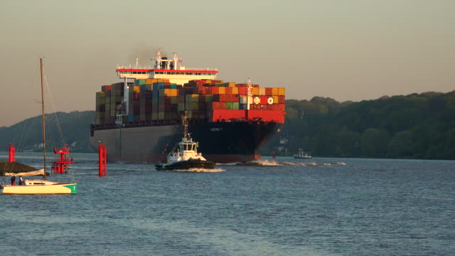 container vessel at elbe river, hamburg-finkenwerder, germany - tug boat stock videos & royalty-free footage