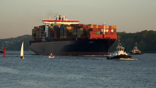 vídeos de stock, filmes e b-roll de container vessel at elbe river, hamburg-finkenwerder, germany - rio elbe