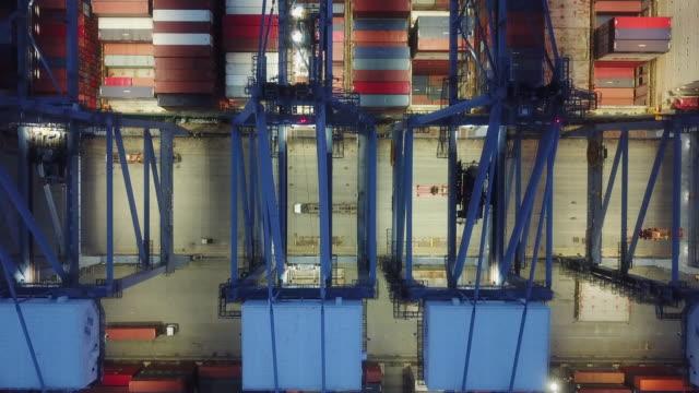 Container Yard im Hafen in der Abenddämmerung