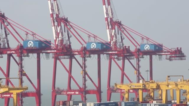 vídeos y material grabado en eventos de stock de containers are stacked among gantry cranes at the sun kwang newport container terminal foreground and hanjin shipping co hanjin incheon container... - plataforma de construcción