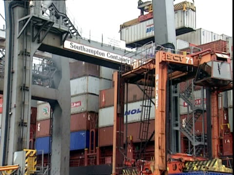 containers being moved, container terminal, southampton, uk - schraubstock stock-videos und b-roll-filmmaterial