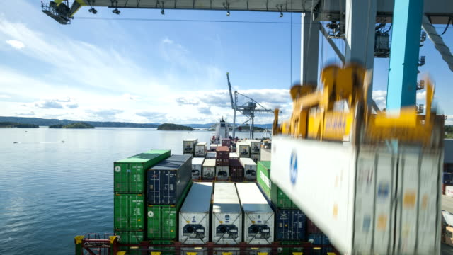 stockvideo's en b-roll-footage met t/l containers being unloaded from a ship - activiteit