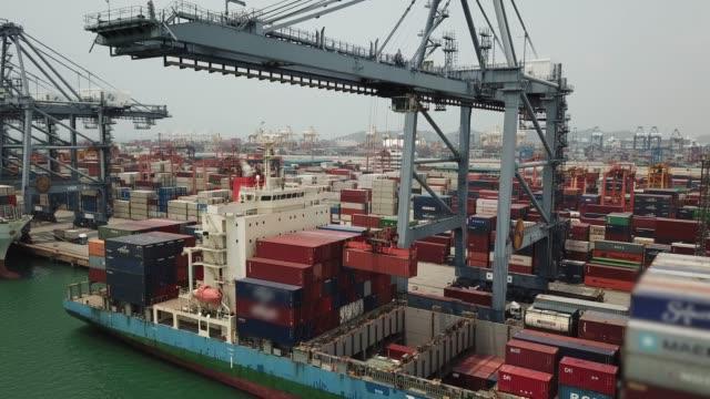 vídeos de stock e filmes b-roll de containers cargo being loaded into a container ship - empilhar