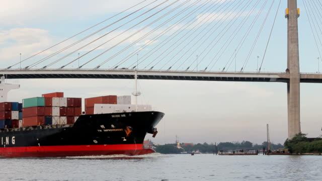 Container Frachtschiff am Fluss