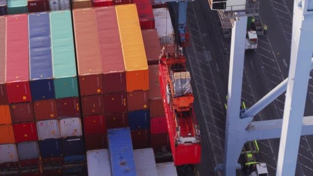 vídeos y material grabado en eventos de stock de saliendo en barco de carga - contenedores abejón tirado - long beach los ángeles