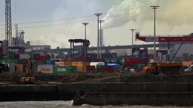 container hafen bei der hafen von hamburg - frachtschiff stock-videos und b-roll-filmmaterial