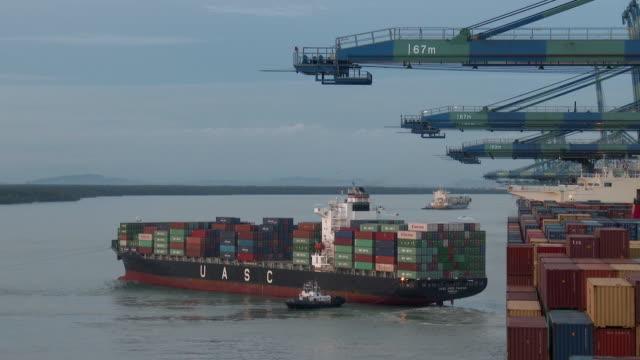 vídeos y material grabado en eventos de stock de containers ship in malaysia - buque de carga
