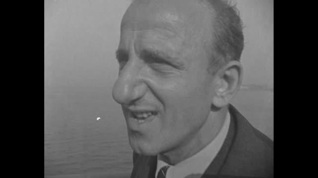 conte de savoia sails in new york harbor / bank of cameramen shoot film of comedian jimmy durante, a passenger on the ship; pan durante / durante... - passenger 個影片檔及 b 捲影像