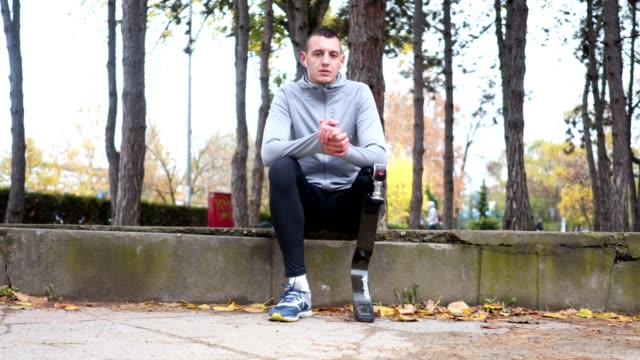 adaptive athleten eine pause vom laufen zu betrachten - künstlich stock-videos und b-roll-filmmaterial