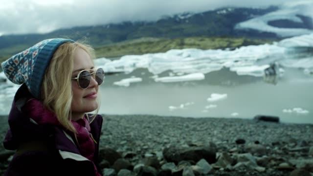 vidéos et rushes de contempler le lagon du glacier - ciel couvert