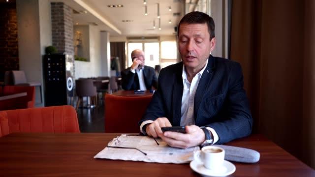 コーヒーブレイクで政治家を熟考する - 政党点の映像素材/bロール