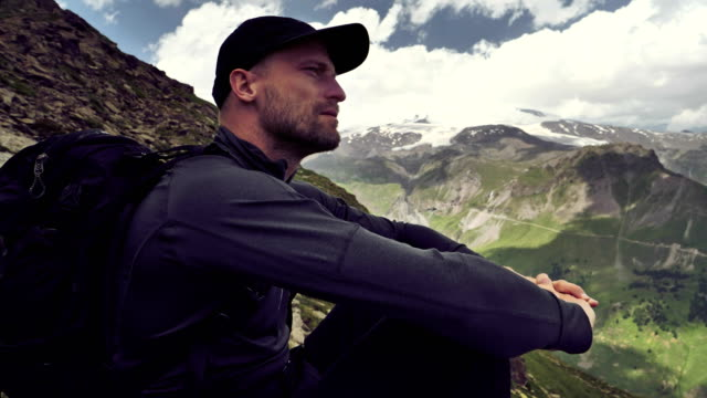 contemplation in moutains - solo uomini giovani video stock e b–roll