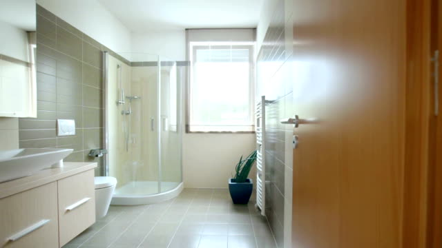 hd: modernes badezimmer - domestic bathroom stock-videos und b-roll-filmmaterial