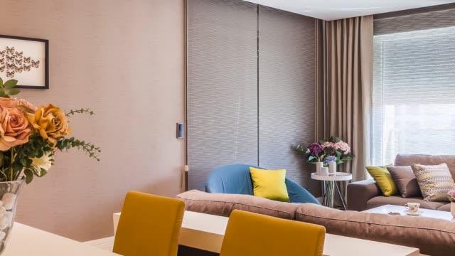 vidéos et rushes de salle de séjour de luxe contemporain - intérieur de maison témoin