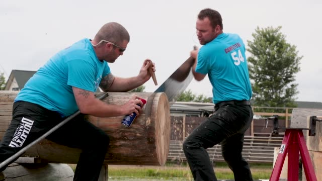 vidéos et rushes de contestant compete in a single buck sawing event at the lumberjack world championships on july 20 2018 in hayward wisconsin - concurrent