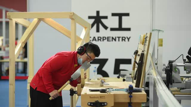 vidéos et rushes de contestant participates in the 1st vocational skills competition of the people's republic of china on december 11 in guangzhou, guangdong province of... - concurrent