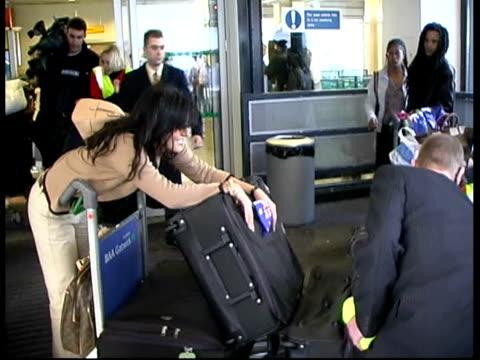 contestants arrive in london; itn england: london: miss world contestant along from airport door as saying 'i don't know' sot contestant along from... - ミス・ワールド点の映像素材/bロール