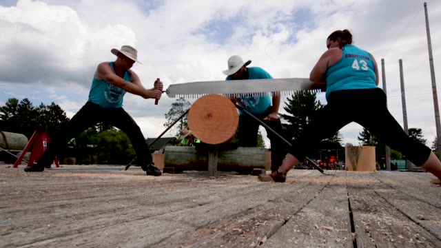 vidéos et rushes de contestants compete in a jack and jill sawing competition at the lumberjack world championships on july 20 2018 in hayward wisconsin - concurrent