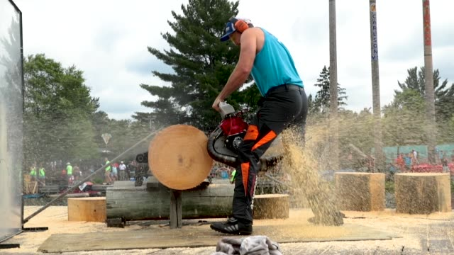 vidéos et rushes de contestants compete in the hot saw competition at the lumberjack world championships on july 20 2018 in hayward wisconsin - concurrent