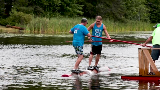 vidéos et rushes de contestants compete in the log roll competition at the lumberjack world championships on july 20 2018 in hayward wisconsin - concurrent